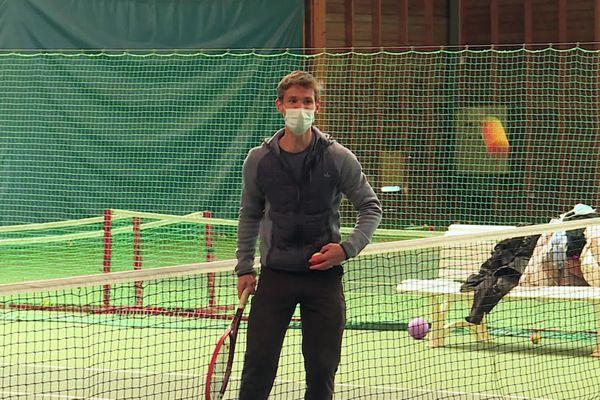 Professeur de tennis au MSATC, Maël Garnesson adapte le matériel et ses cours à la forme et au moral de chacune de ses élèves.