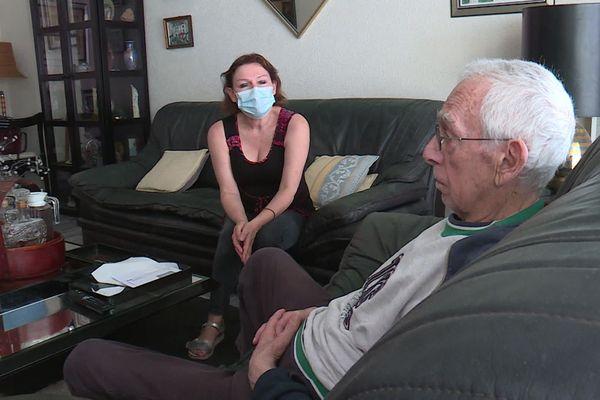 Durant le confinement, Sylvie Lang a continué de venir s'occuper quotidiennement de son patient, comme presque tous les jours depuis 5 ans.