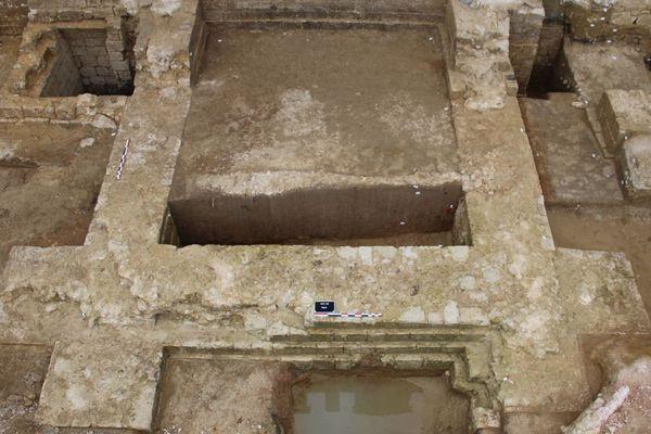 Tour rectangulaire à contreforts d'angle.