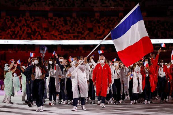 Samir Aït Saïd, porte-drapeau de la délégation française lors de la cérémonie d'ouverture des Jeux olympiques.