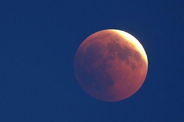 L'éclipse lunaire du 27 juillet a pu être observée de toute la France ... quand il n'y avait pas de nuages. Pour les malchanceux, des rattrapages sont possibles ! (Illustration)