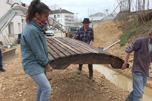 A Lons-le-Saunier, les bénévoles de France nature environnement et de l'association franco-turque travaillent à la restauration d'un espace naturel, dans le quartier de la Marjorie.
