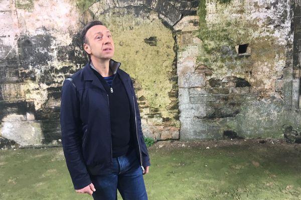 Stéphane Bern à l'abbaye de Longues-sur-Mer