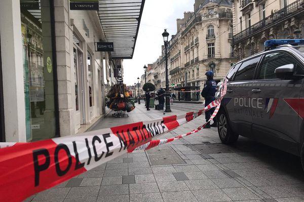 Les forces de l'ordre sur les lieux de l'agression, rue de la République.