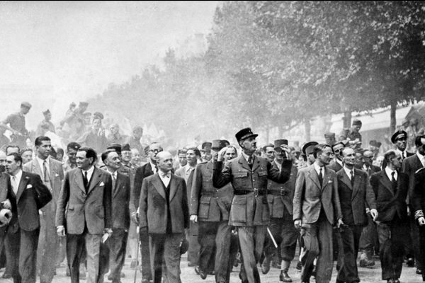 Le général Charles de Gaulle entouré du général Philippe Leclerc, d'André Le Troquer (ministre de la guerre), et de Georges Bidault (président du Conseil national de le Résistance) pour descendre les Champs-Elysées, acclamé par la foule le 26 août 1944.