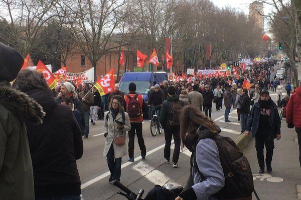 Partie du quartier Saint-Cyprien, la manifestation toulousaine contre la réforme des retraites s'étire sur une longueur impressionnante.