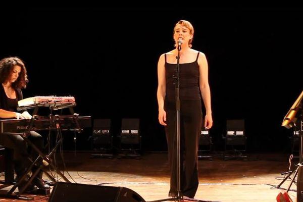 La chanteuse Barbara Weldens est morte, sur scène, mercredi soir. Elle s'est électrocutée selon la gendarmerie.