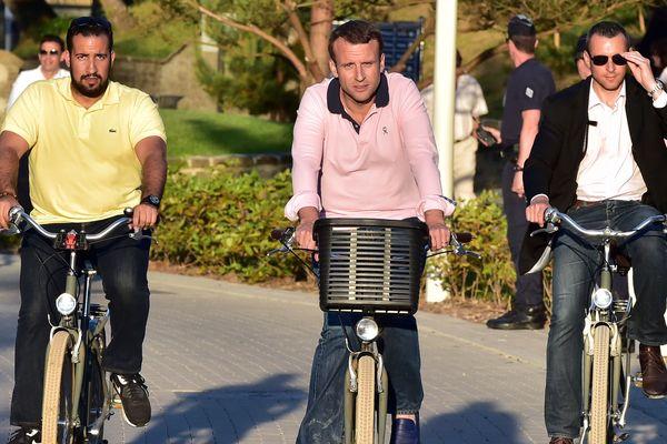Alexandre Banalla (à gauche)  aux côtés d'Emmanuel Macron au Touquet en juin 2017