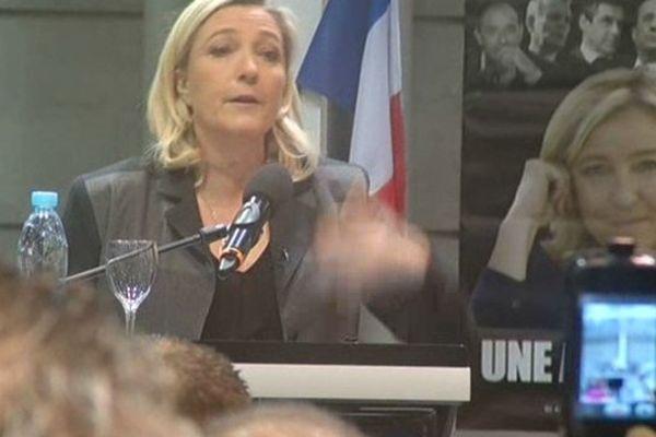 Marine Le Pen devant des militants du FN à Bordeaux le 2 février 2014.