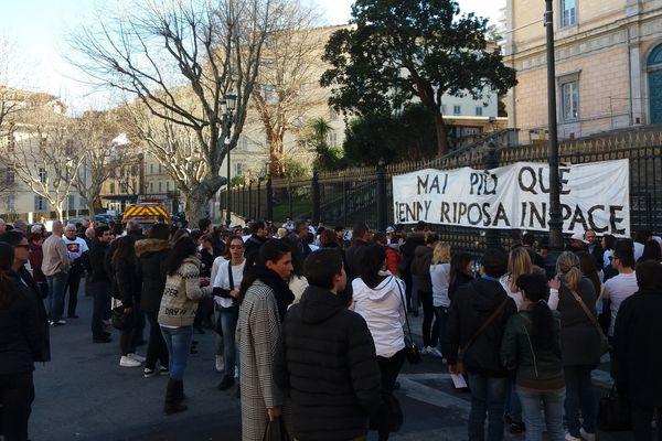 """Les proches de la victime ont accroché une banderole sur la grille du palais de justice de Bastia """"Mai Più qué Jenny Riposa in Pace"""""""