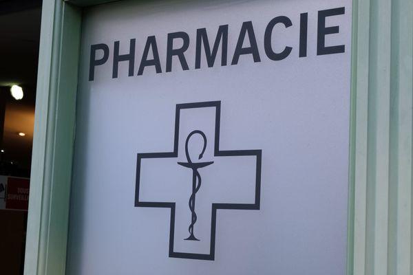 L'homme avait  été signalé par une infirmière qui fréquentait l'officine, situé en plein centre de Lyon. Il vendait des boîtes de 25 masques à 60 euros, soit 2,40 euros l'unité, selon le parquet