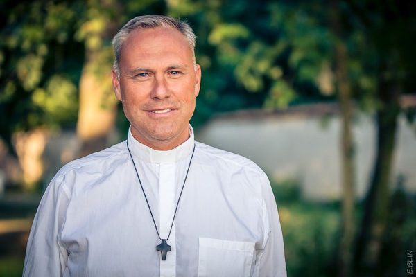 La période est compliquée à vivre pour de nombreux français. La communauté catholique du Père Lange doit affronter des situations qu'elle n'avait pas encore connues.