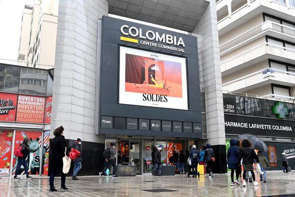 Le Premier ministre Jean Castex a annoncé que les centres commerciaux de plus de 20.000 m² fermeraient dès dimanche. Le centre commercial Colombia à Rennes est une des galeries commerciales bretonnes touchées par la mesure. le 30/01/2021