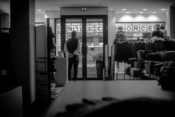 Gérard Robinet affronte la solitude du commerçant sans client à cause du confinement à Reims.