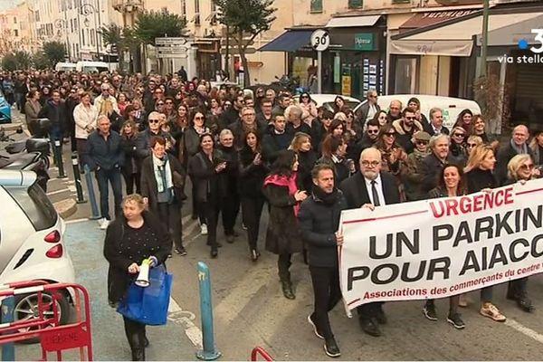 Pour alerter sur leurs difficultés plusieurs des commerçants d'Ajaccio ont baissé leurs rideaux, mardi 4 février, pour participer à une manifestation.