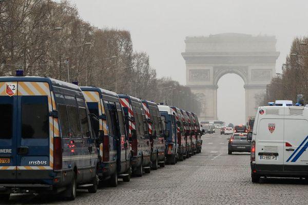 Des véhicules de la gendarmerie garés le long de l'avenue des Champs-Elysées, ce samedi matin à Paris pour la 19e journée de mobilisation des gilets jaunes.
