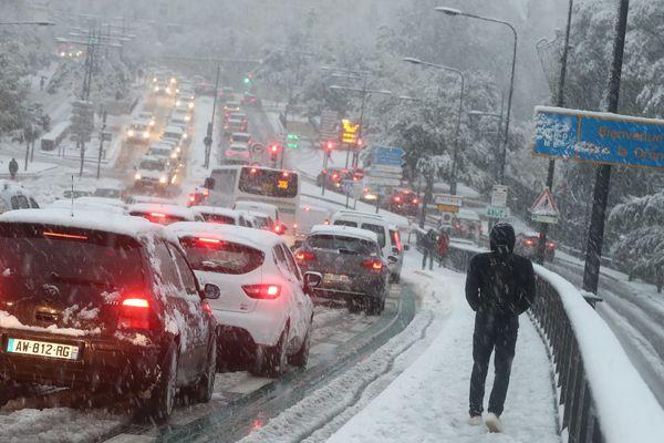Les chutes de neige ont été importantes ce jeudi, comme ici à Valence.