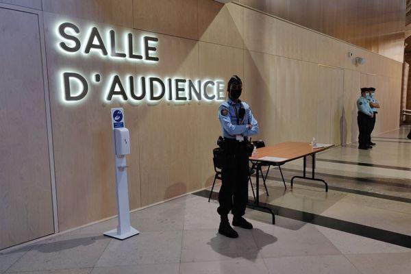 La salle d'audience, encadrée par des policiers.