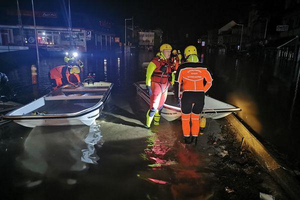Les sapeurs-pompiers du Nord partis de Valenciennes jeudi 15 juillet dans la soirée interviennent dès leur arrivée à Liège pour mettre en sécurité des habitants.