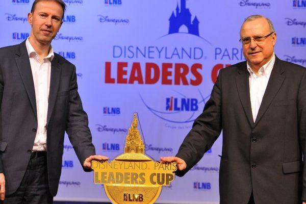 Vincent Collet (SIG Strasbourg, à gauche) et Alain Weisz (SLUC Nancy Basket) réunis lors du tirage au sort de la Leaders Cup 2014.