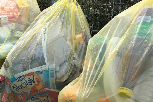 Tri sélectif, les sacs jaunes pour les emballages ménagers vides du quotidien.