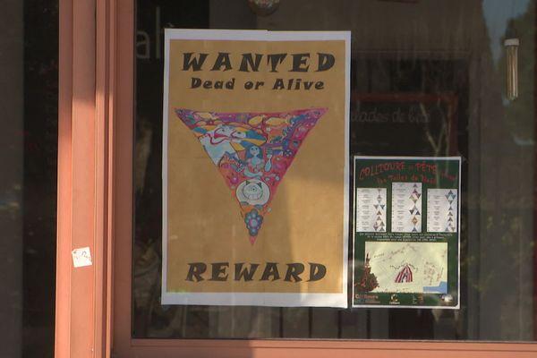 Des affiches ont été placardées dans la ville pour tenter de retrouver l'oeuvre disparue.
