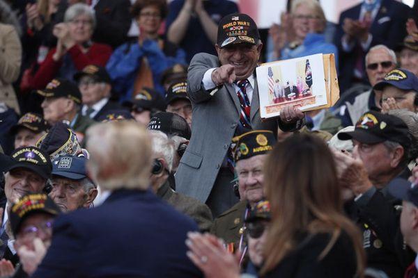 Le président américain Donald Trump salue des vétérans américains à Colleville-sur-Mer le 6 juin 2019.
