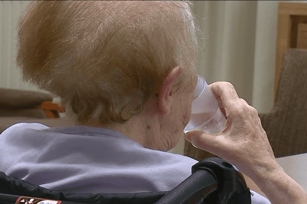 Les personnes âgées sont incitées à bien s'hydrater tout au long de la journée lors de la canicule pour éviter les coups de chaud.