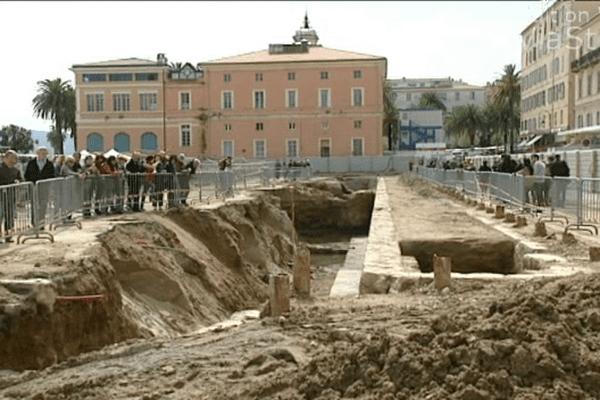 06/04/14 - Visites guidées du Quai Napoléon 1er mis au jour place du marché à Ajaccio