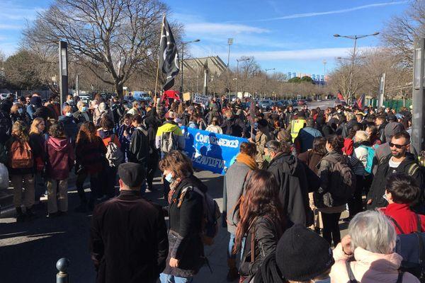 La foule grossit peu à peu : un millier de manifestants à 12h30, contre quelques centaines à 11h.