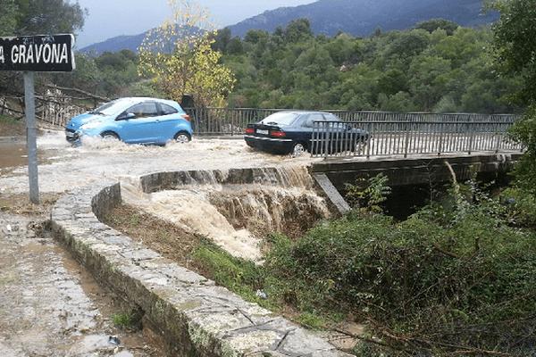 Le pont de Cuttoli a été inondé suite aux fortes pluies.