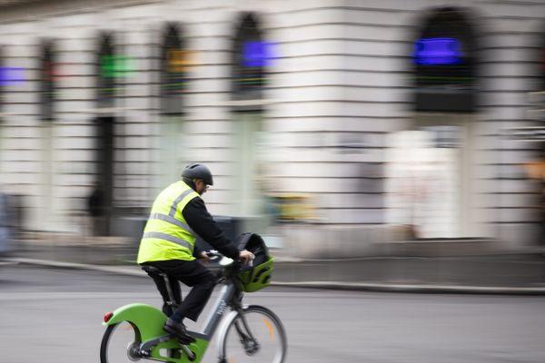 Le cycliste a été percuté par un camion (illustration).
