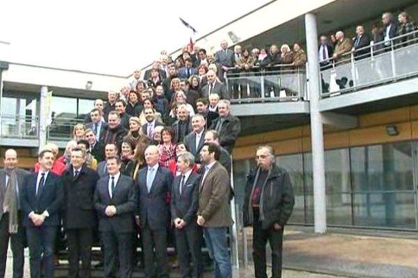 Pour les élections dans le département du Puy-de-Dôme, l'UMP, l'UDI et le MoDem se réunissent. Au premier rang, Brice Hortefeux (UMP) Louis Giscard d'Estaing (UDI) et Michel Fanget (MoDem).