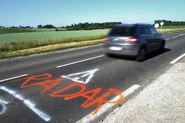 Des personnes ont tagué une route près de la commune de Proyart pour signaler la présence d'un radar le 30 Mai 2011