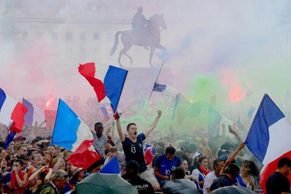 """Lors de la coupe du monde 2018, la mise en place improvisée d'une """"Fan zone"""" sur la place Bellecour n'avait pas permis de limiter les débordements. Des casseurs avaient gâché la fête dès la fin du match."""