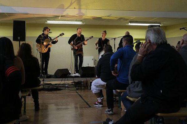Le groupe Tryo en concert devant les détenus de Joux-la-Ville