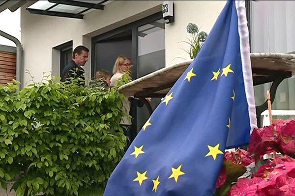 A l'entrée du domicile de la famille Macor, flotte le drapeau européen.