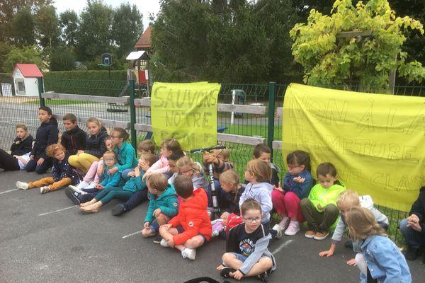 Ce jeudi matin, l'école de Vieux-Fumé est fermée : les élèves et les parents manifestent contre la fermeture d'une classe