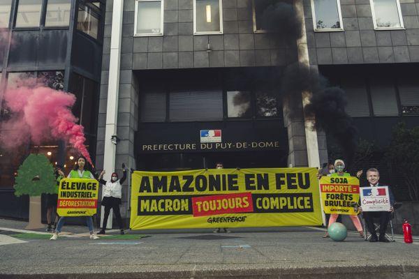 Une dizaine de militants de Greenpeace se sont réunis ce jeudi 27 août devant la préfecture à Clermont-Ferrand afin de lutter contre la déforestation.