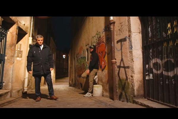 """Khaled Cid, à gauche, et Beouw, à droite, dans le clip """"Je Suis Khaled""""."""