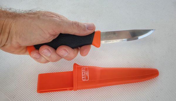 Un bon couteau est indispensable en mer.