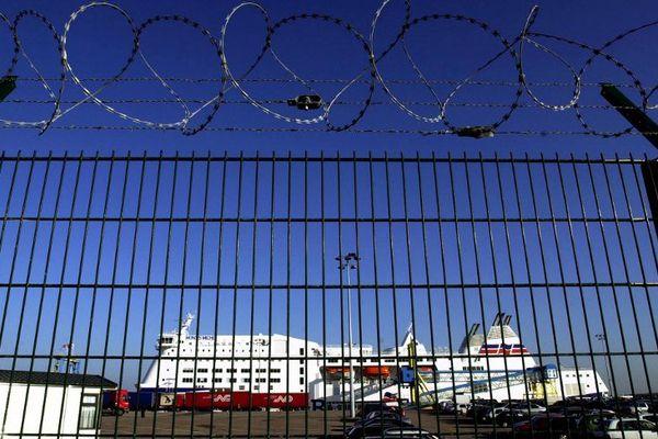 Vue du terminal de la gare maritime de la Brittany Ferries à Ouistreham, prise le 05 novembre 2003, avec en premier plan des barbelés destinés à sécuriser l'endroit.