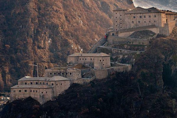 Le fort de Bard est une forteresse construite au 19e siècle par les Souverains de Savoie, à l'entrée de la Vallée d'Aoste.