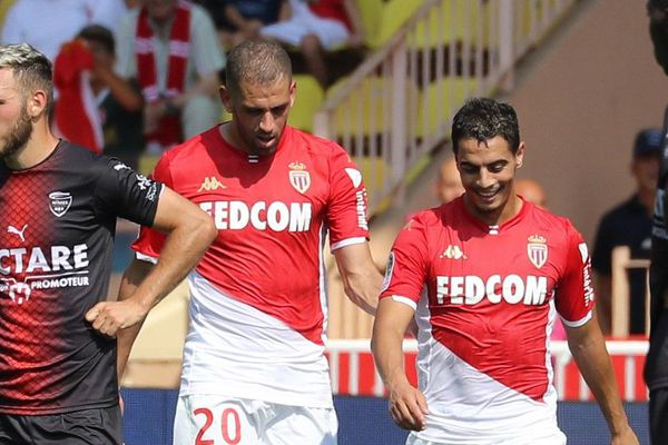 Islam Slimani (gauche) et Wissam Ben Yedder (droite) célébrant un but lors de la rencontre contre Nîmes, le 25 août 2019 au stade Louis II à Monaco.