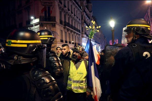 """Des gilets jaunes font face aux forces de l'ordre sur les Champs-Elysées, pour l'""""acte 7"""" du mouvement, ce samedi 29 décembre."""