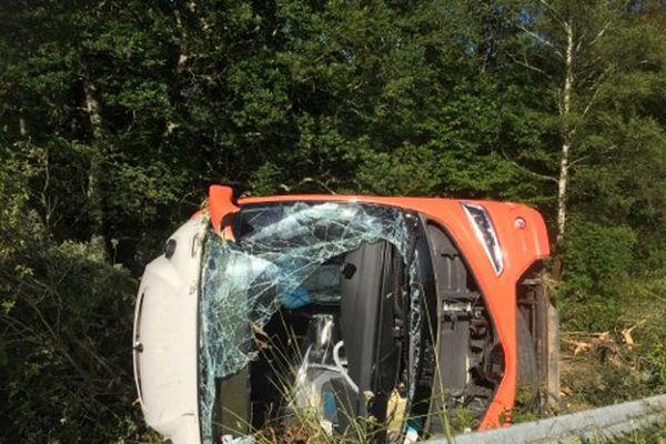 Le bus s'est renversé après l'accident.