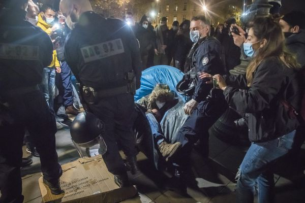 Lundi 23 novembre, une opération de police est menée place de la République à Paris pour démanteler un campement de migrants installé un peu plus tôt dans la soirée.