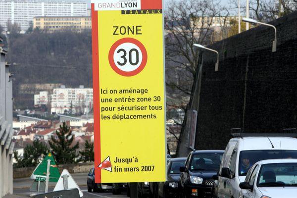 """Le Sénat à majorité de droite a voté mardi 22 juin lors de l'examen en première lecture du projet de loi climat l'instauration d'ici 2025 de zones limitant la circulation dans les agglomérations de plus de 150.000 habitants, mais avec des """"assouplissements""""."""