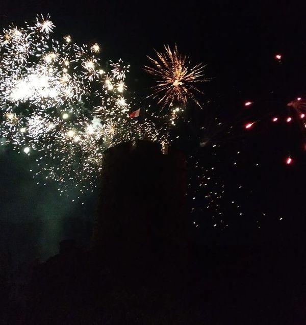 Le feu d'artifice de Kaysersberg se découpe dans l'ombre du Schlossberg.