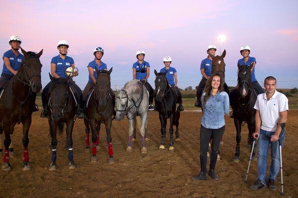 Chloé en compagnie de l'équipe de horse ball.